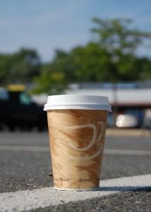 Im Bus verboten: Pappbecher mit heißem Kaffee