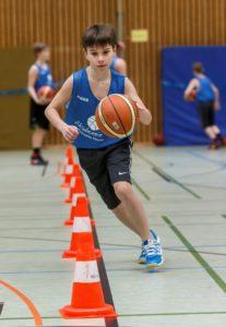 Training bei der Stadtwerke Baketball Akademie mit Konrad Tota im Pascal-Gymnasium am 23.04.2016 Foto: MünsterView / Heiner Witte