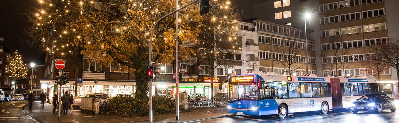 Bus mit Weihnachtsbeleuchtung