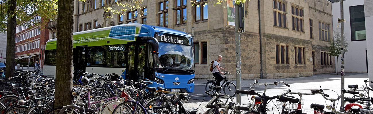 Bühne Elektrobus vor Landesmuseum