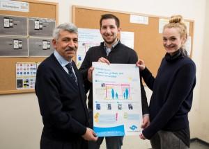 Informationen zum Busverkehr für die Notunterkunft des Landes NRW: Ahmet Özdemir (STWMS), Daniel Nießen und Hannah Wolf (JUH); Foto: Peter Leßmann