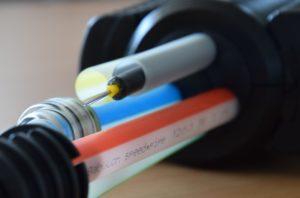 Das Bild zeigt eine Nahaufnahme von Glasfaserkabeln