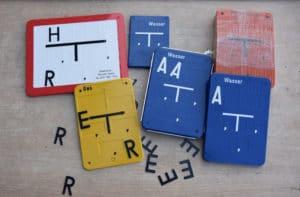 Noch unbeschriftete Hinweisschilder in verschiedenen Farben und einige Buchstaben, die später eingesetzt werden