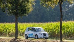 Ein Loop-Fahrzeug fährt an einem Maisfeld vorbei