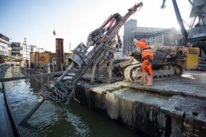Wegen der Bevorstehenden Erweiterung der Fernwärmeleitung am Hafenbecken werden die Spundwände mit neuen Ankern gesichert; Foto: Peter Leßmann