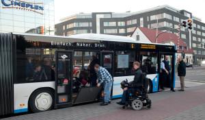 Wir freuen uns, wenn Fahrgäste die Rampe für Rollstuhlfahrer ausklappen.